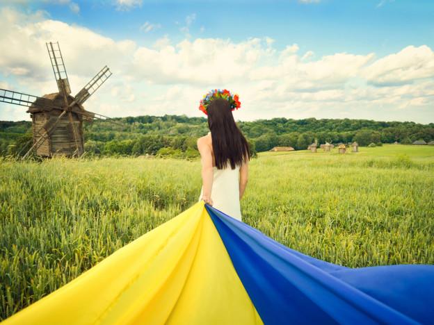 shatenka-spina-volosy-ukrainka-flag-ukraina-nebo-oblaka-pole